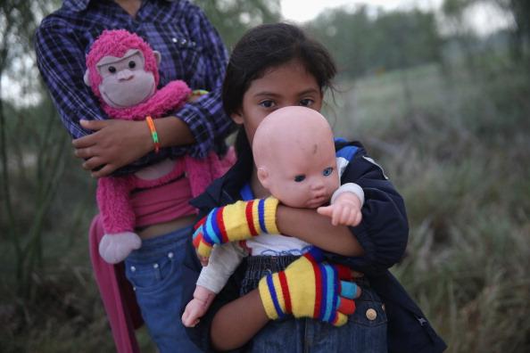 Ordenan a Estados Unidos revisar asilo de familias migrantes