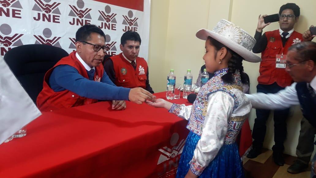 Con moneda al aire deciden la elección de alcalde en Perú