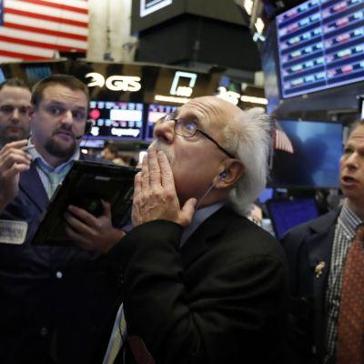 Fuerte baja en Wall Street, el Dow Jones pierde 300 puntos
