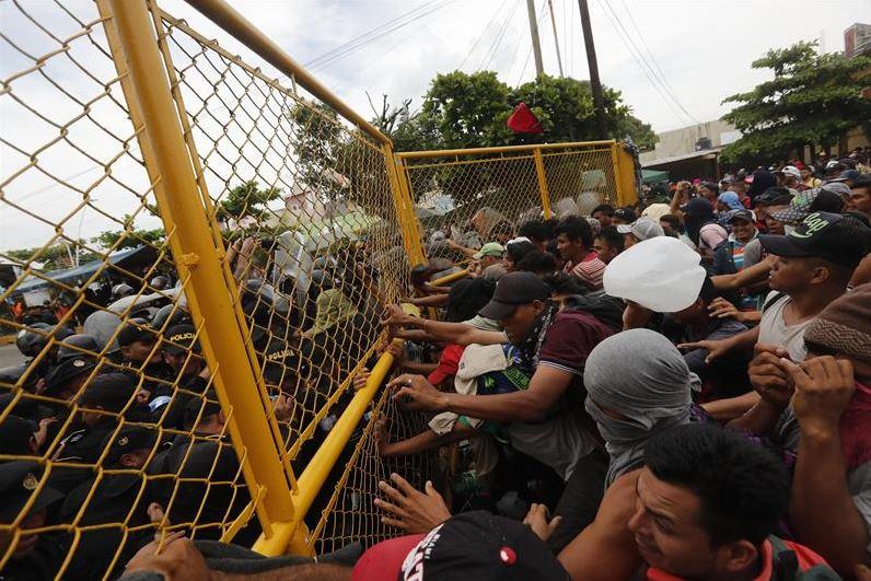 Migrantes se enfrentan con la Policía en frontera México-Guatemala