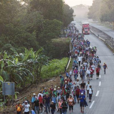 Hondureño viaja con caravana migrante para conseguir prótesis de mano en EU