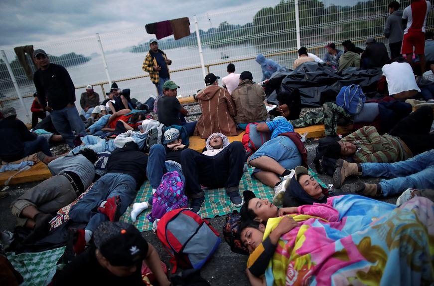 Permanecen casi 2 mil migrantes hondureños en puente fronterizo México-Guatemala
