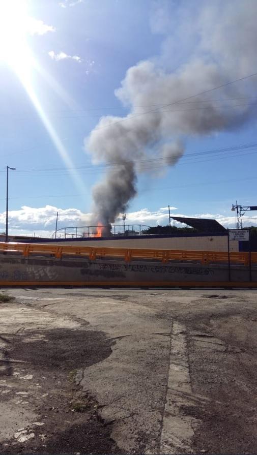 Incendio en fábrica de alcohol en Cuauhtémoc impide a vecinos volver a casas