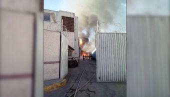 Incendio en fábrica de alcohol impide a vecinos volver a casas