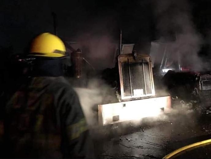 Incendio en Manzanillo consume tres tráileres