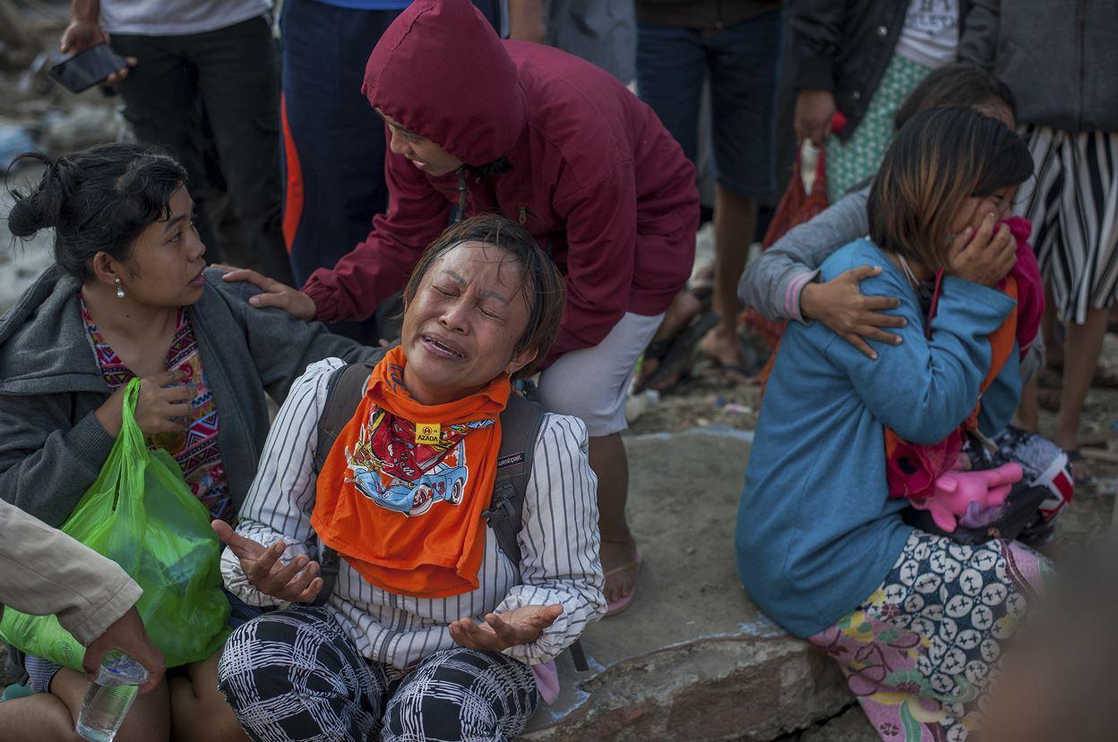 Suman 1,400 muertos por terremoto y tsunami en Indonesia