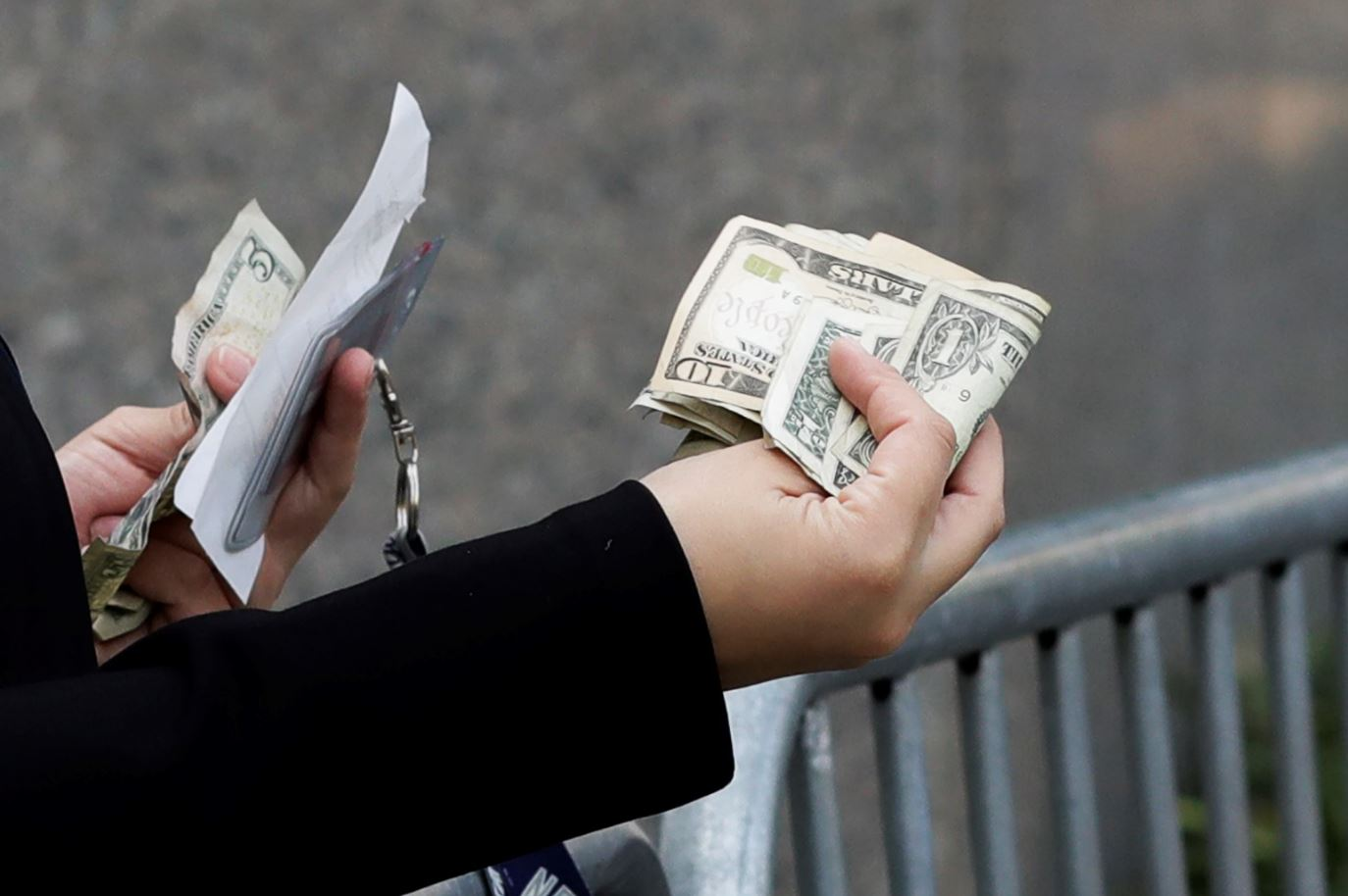 Peso gana al dólar frente a desplomes