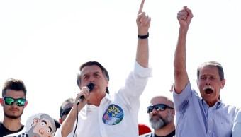 Bolsonaro lidera en Brasil, pero su ventaja cae