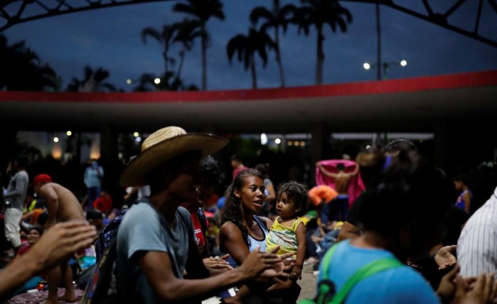 Caravana migrante llega a Juchitán, Oaxaca; los reciben con todas las atenciones