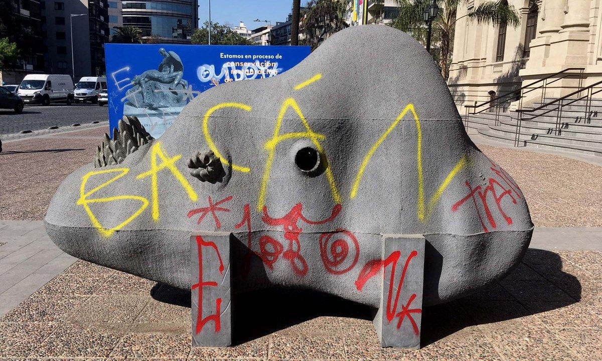 Vándalos grafitean obra de arte y autor de 89 años la retira enojado