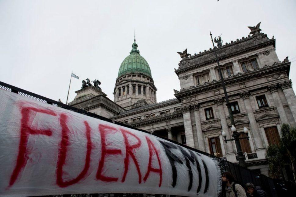 La reducción del gasto público en el presupuesto como condición del FMI causa protestas en la capital argentina (AP Images)