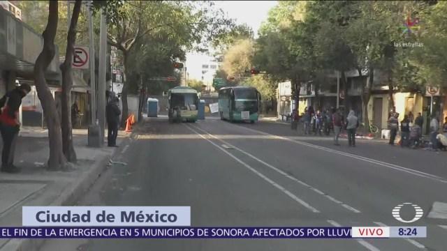 Manifestantes bloquean avenida Bucareli, CDMX