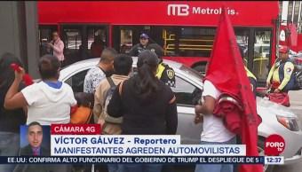 Manifestantes discuten con un automovilista en Reforma