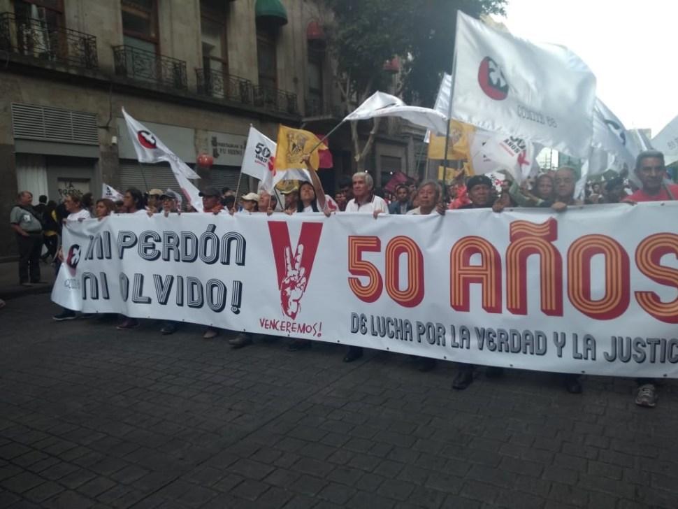 Manifestantes guardan minuto de silencio por caídos de 1968