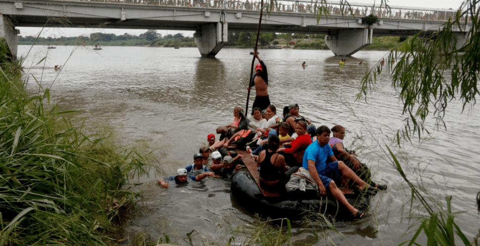 Migrantes cruzan el río Suchiate de Guatemala a México