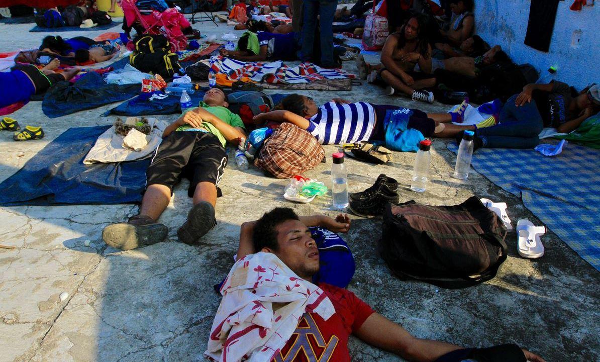 Caravana migrante detiene camino en Tapanatepec, Oaxaca