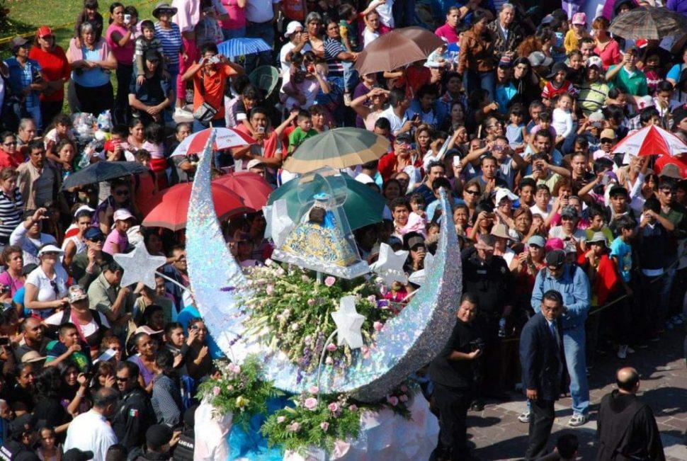 Miles de personas participan en la tradicional Romería