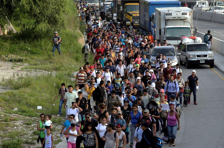 Más de mil hondureños inician marcha hacia Estados Unidos