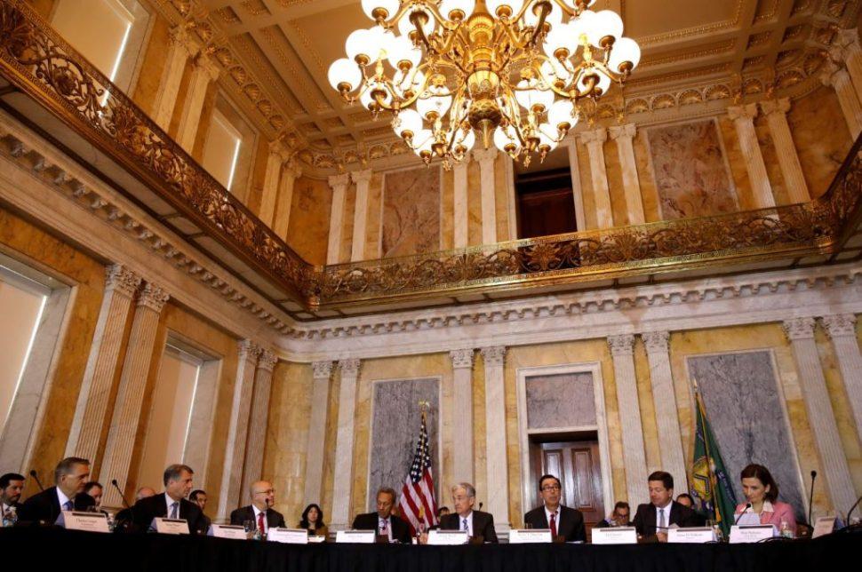 Mnuchin preside el Consejo de Estabilidad Financiera en Washington junto a autoridades de la Fed; Mnuchin ha reiterado que Donald Trump no desea cambios en la política monetaria (AP Images)