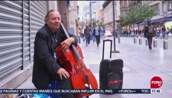 Músico callejero gana el corazón de paseantes del Centro