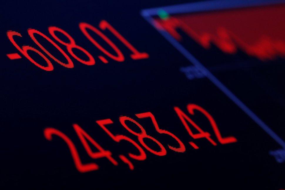 Pantallas muestran el índice Dow Jones con una caída de 608.01 puntos al cierre de la sesión del miércoles (Reuters)
