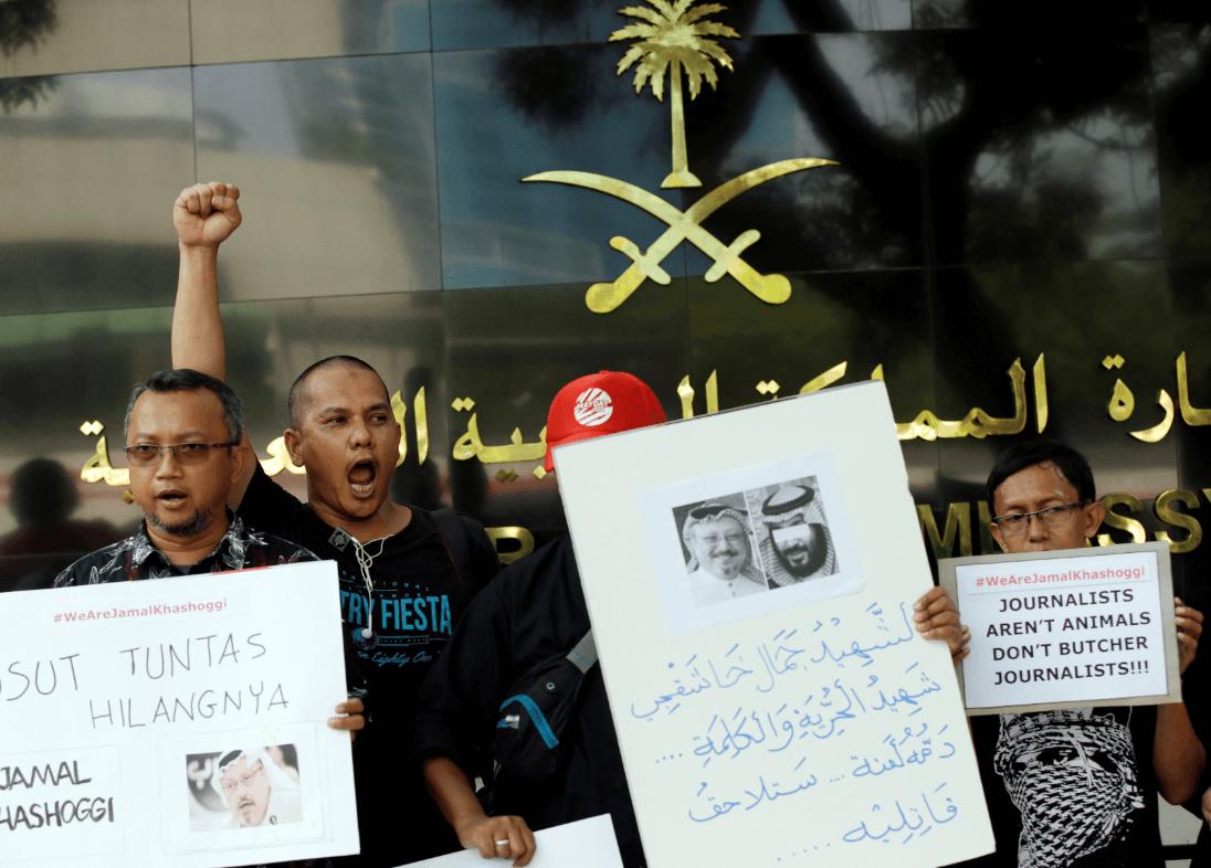 Periodistas indonesios protestan por la desaparición de Jamal Khashoggi. (AP)