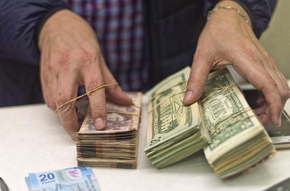 Peso mexicano cae a 18.96 el dólar, previo minuta de Banxico