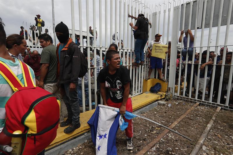 Policía Federal contiene ingreso violento de caravana migrante