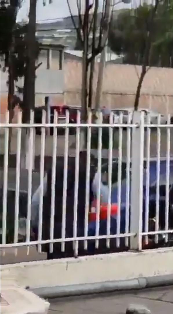 Policía golpea a motociclista con su arma en Acolman