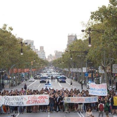 Independentistas interrumpen tráfico en Barcelona para conmemorar el referendum de Cataluña