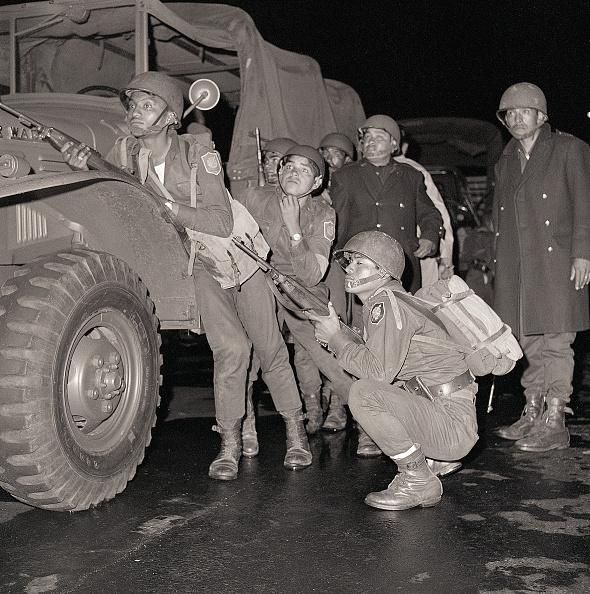 Soldados mexicanos en la Plaza de las Tres Culturas en Tlatelolco, 1968