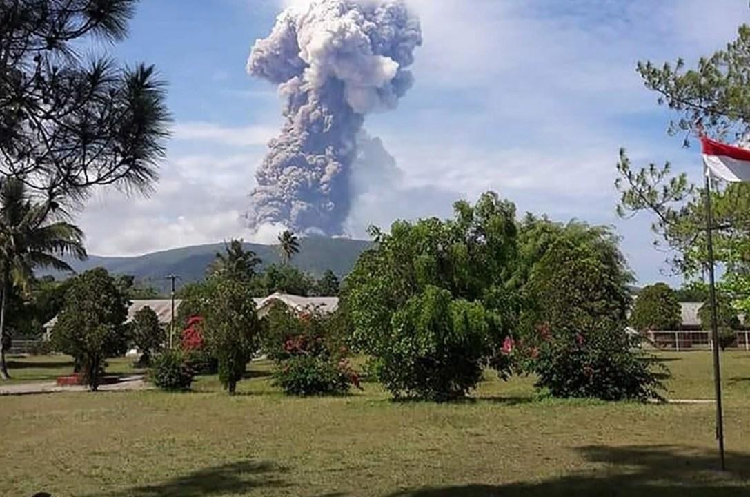 Indonesia eleva alerta por erupción del volcán Soputan, en la isla de Célebes