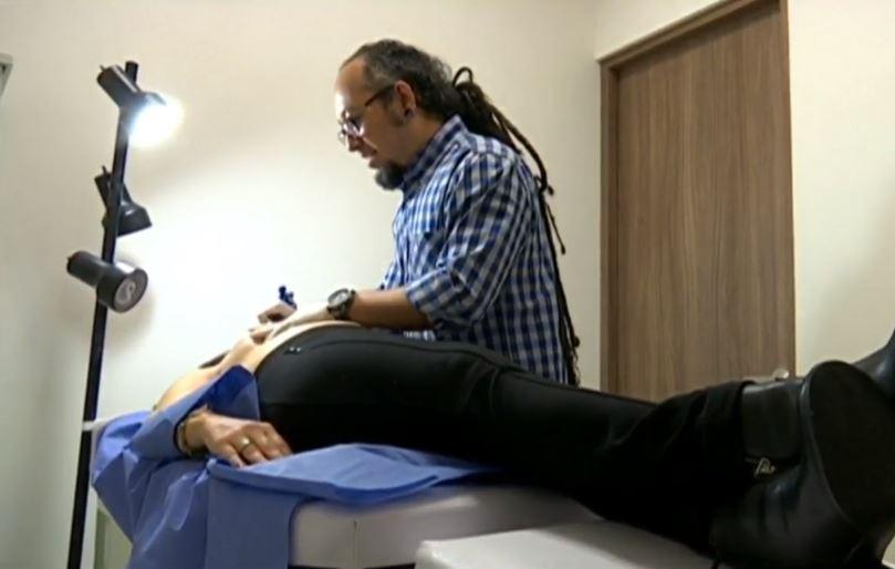 Tatuador ayuda a reconstruir vidas de mujeres con cáncer de mama