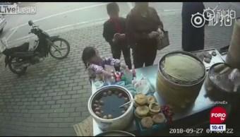 Todo sucede en China: Niña roba mercancía
