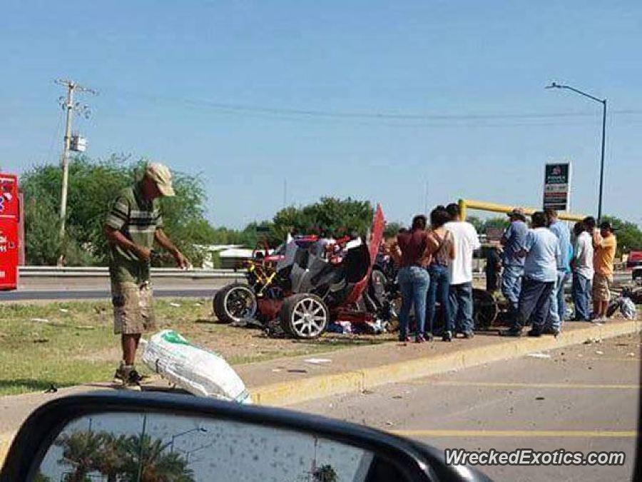 Transeúntes y cuerpos de rescate se aglomeran en torno al Koenigsegg CCX que chocó en una autopista de Monterrey, NL, a alta velocidad (WreckedExotics)