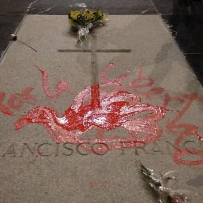 Detienen a artista por pintar paloma de la paz en la tumba de Francisco Franco