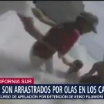 Turistas son arrastrados por las olas en Los Cabos