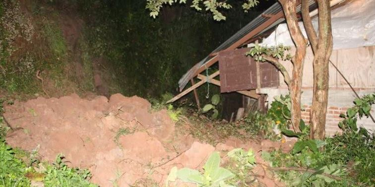 Deslave de cerro por lluvias afecta vivienda en Uruapan, Michoacán