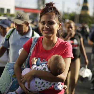 Mujeres de El Salvador se unen a caravana migrante para huir de pandillas