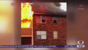 Saltan desde un edificio para salvarse de un incendio
