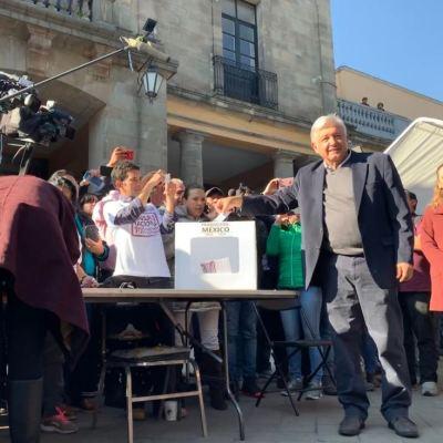 AMLO vota en segunda Consulta Nacional Ciudadana