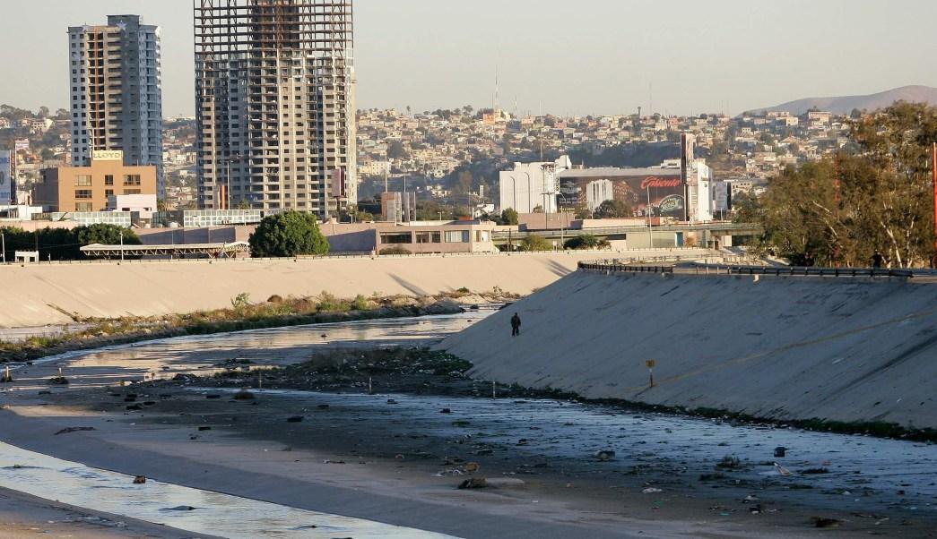 Autoridades de Estados Unidos cierran cauce del río Tijuana por caravana migrante