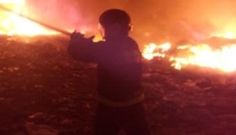 Controlan incendio en relleno sanitario en Chicoloapan
