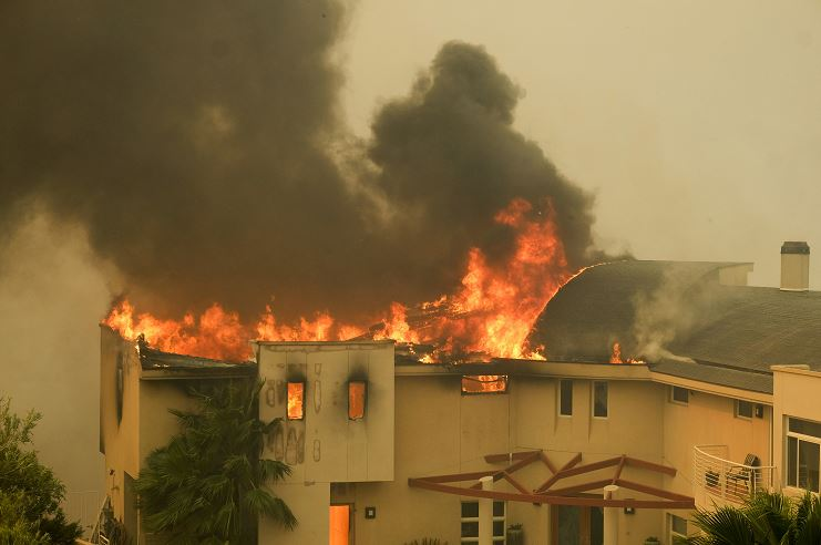 Reportan cinco fallecidos en incendio en California, EU