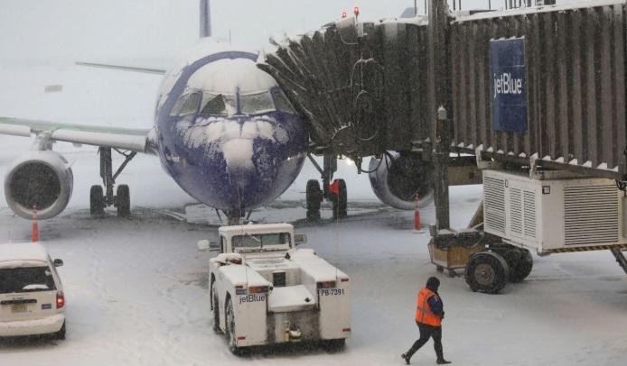Cancelan más de mil vuelos por gran tormenta invernal en EU