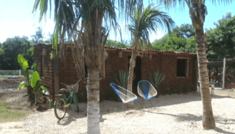 Señor sargazo hace casas de algas y ayuda a comunidad en Quintana Roo