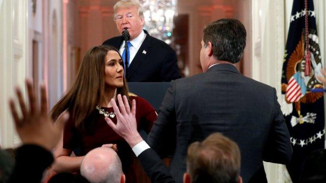 Casa Blanca suspende a reportero CNN tras discutir con Trump