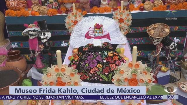 Colocan ofrenda en Museo Frida Kahlo, en Coyoacán