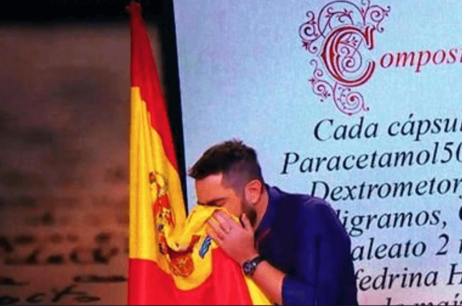 Humorista español comparece por sonarse con bandera