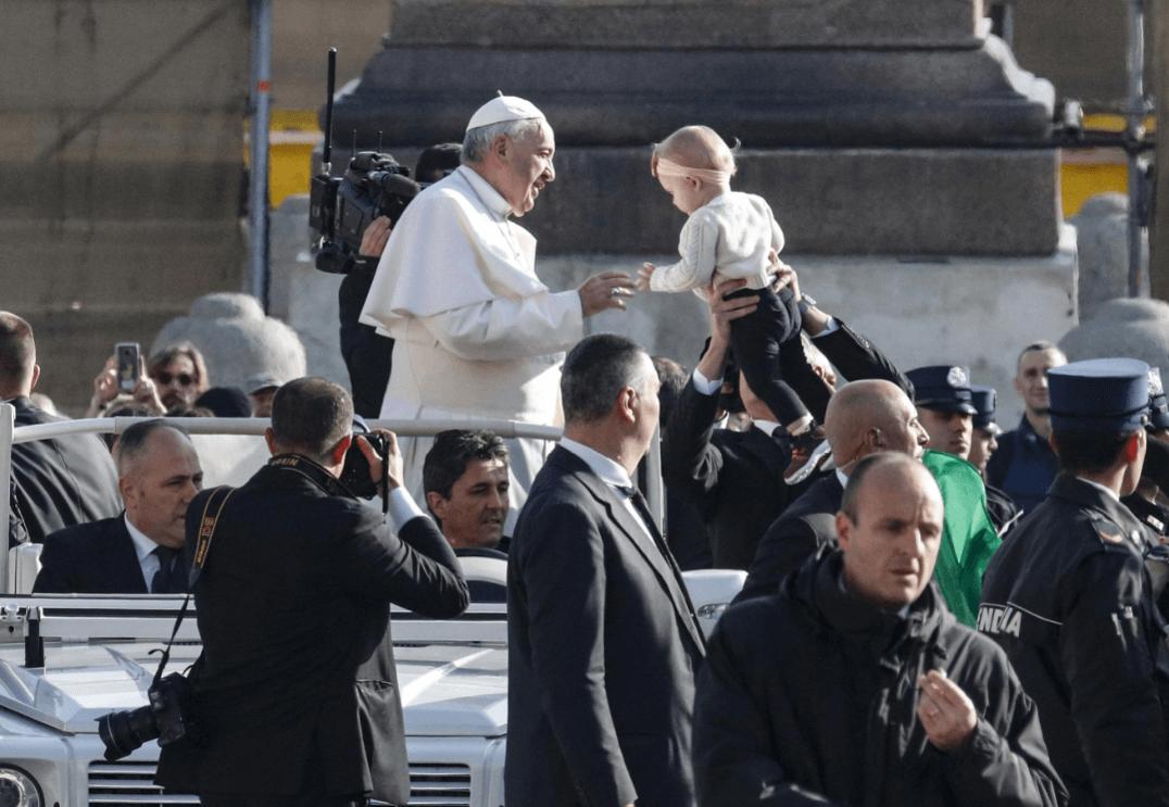 El papa Francisco llega a la audiencia en el Vaticano. (EFE)